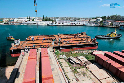 Плавучие опоры для перевозки и монтажа арок Крымского моста выведены на воду