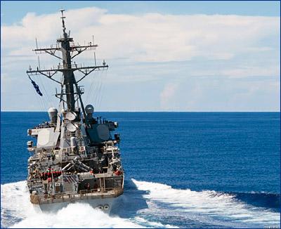 Ракетный эсминец USS «John S. McCain» (DDG-56) прошел неподалеку от рифа Мисчиф