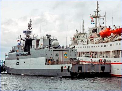 Индийский корвет «Кадматт» во время швартовки к причалу «притер» российское судно «Иртыш»