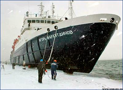 Теплоход «Игорь Фархутдинов» пробивается через плотные льды в южной части Охотского моря