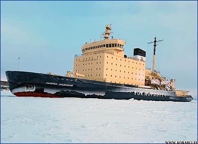 Ледокол «Капитан Хлебников» расчистил путь теплоходу «Игорь Фархутдинов»