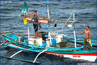Ракетный эсминец USS «Mustin» (DDG-89) ВМС США оказал помощь филиппинским рыбакам