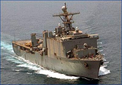 Десантный катер протаранил корабль США изнутри
