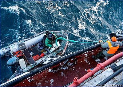 Буксир Северного флота спас лодочника в Баренцевом море